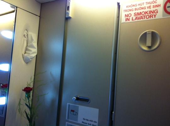 Mặc dù có biển cấm hút thuốc trong toilet trên máy bay Vietnam Airlines song hành khách Shin Kwang Yeul vẫn vi phạm. Ảnh: Tô Hà