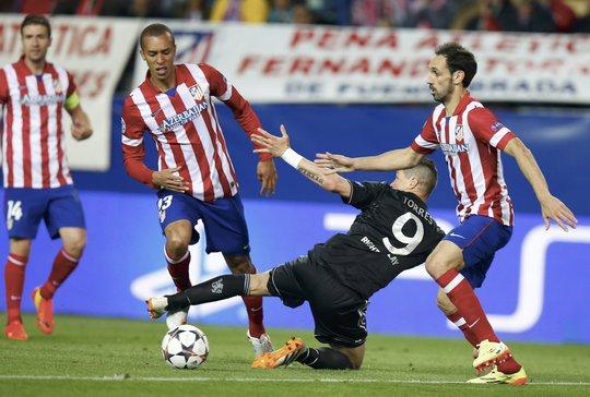Trận bán kết lượt đi giữa Atletico Madrid và Chelsea bất phân thắng bại