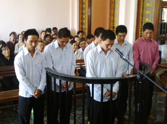 Nguyễn Huy Thọ cùng đồng bọn tại phiên tòa ngày 26-4-2014