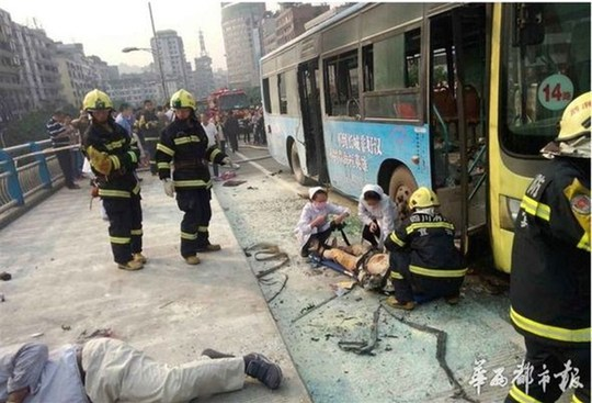 Các y tá và lính cứu hỏa cứu chữa nạn nhân vụ nổ xe buýt. Ảnh: Western China Metropolis Daily