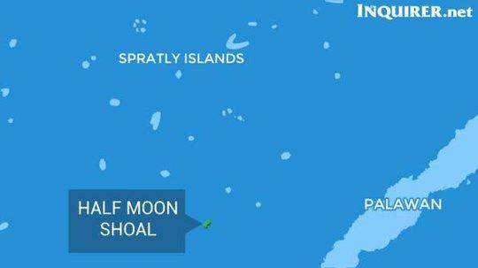 Tàu Trung Quốc bị bắt ngoài khơi bãi Trăng Khuyết (Half Moon). Ảnh: Inquirer