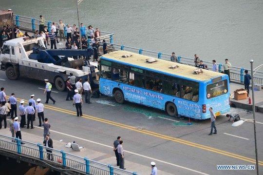 Xe buýt phát nổ khi đang qua cầu. Ảnh: Tân Hoa Xã