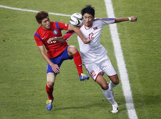 Một pha tranh chấp của 2 cầu thủ Olympic Hàn Quốc (áo đỏ) và Olympic Triều Tiên