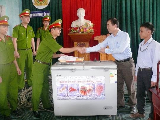 Đại diện Công an huyện Kỳ Anh bàn giao tài sản bị mất cắp cho công ty Formosa