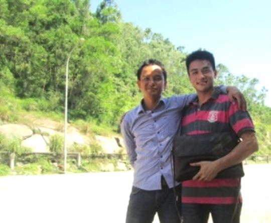 Anh Đào Hữu Ý (trái ảnh) đang trả lại tiền và giấy tờ cho anh Jiang Qin Lin