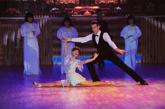 Trà My và bạn nhảy