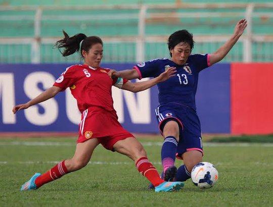 Những pha tranh bóng quyết liệt của cầu thủ hai đội Trung Quốc và Nhật Bản (áo xanh)