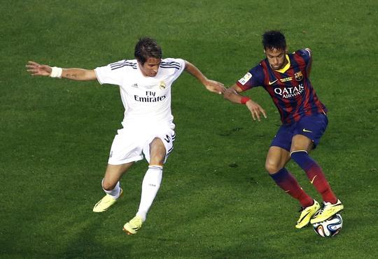 Neymar trong một pha tranh bon1gvoi17 Coentrao