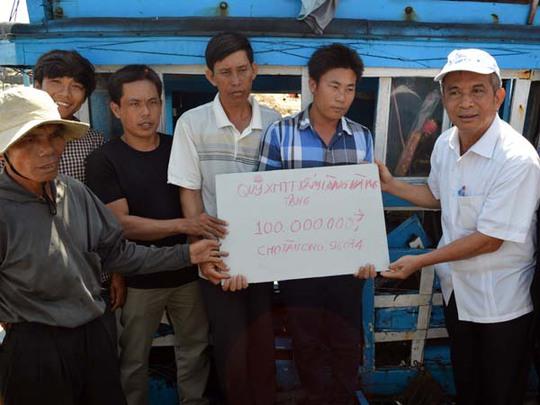 Ông Đặng Ngọc Tùng trao hỗ trợ 100 triệu cho ngư dân Trần Hiền, chủ tàu cá QNg 96074 TS.