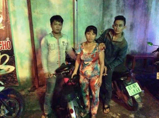 """Đối tượng Dương đang bị """"hiệp sĩ"""" Thạch Đạt (trái) và Nguyễn Thanh Sang khống chế."""