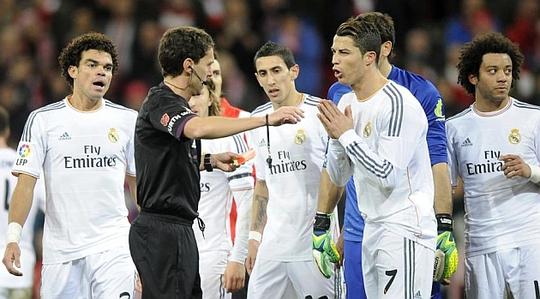 Ronaldo tranh cãi với trọng tài Ayza Gamez