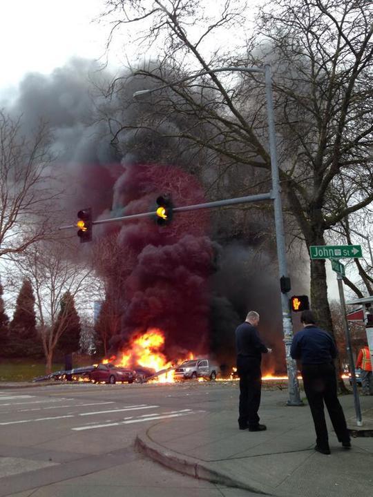 Chiếc trực thăng bốc cháy, tuôn khói đen lên trời. Ảnh: CBS