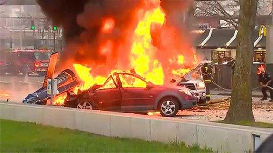 3 chiếc xe hơi dưới đường cũng cháy theo. Ảnh: ABC