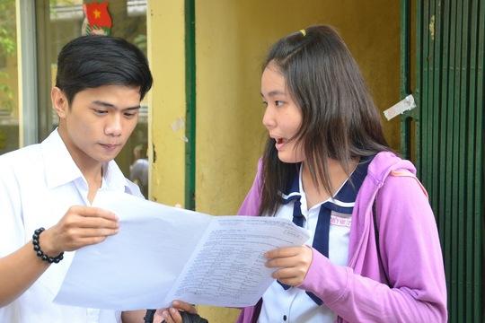 Thí sinh trao đổi sau khi thi môn Anh văn tại Hội đồng thi Trường THPT Hùng Vương