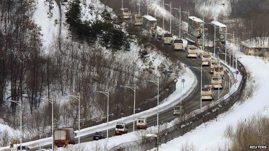 Đoàn xe chở người Hàn Quốc đến Triều Tiên. Ảnh: Reuters