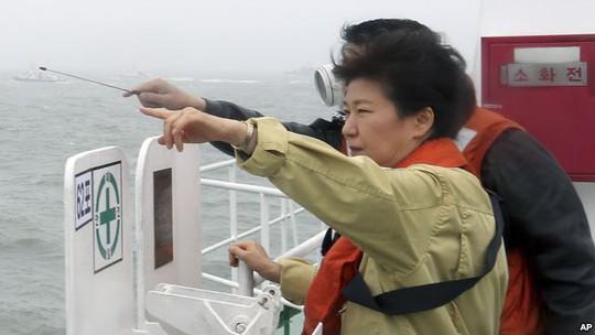 Tổng thống Park Geun-hye đến hiện trường đắm tàu Sewol ngày 17-4. Ảnh: AP