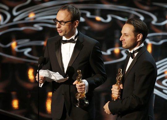 Laurent Witz (trái) và Alexandre Espigares lên nhận giải Phim hoạt hình ngắn xuất sắc nhất