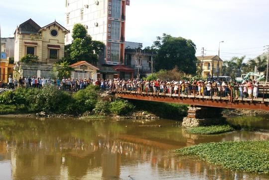 Hàng trăm người dân vây kín khúc sông xem thi thể trôi sông