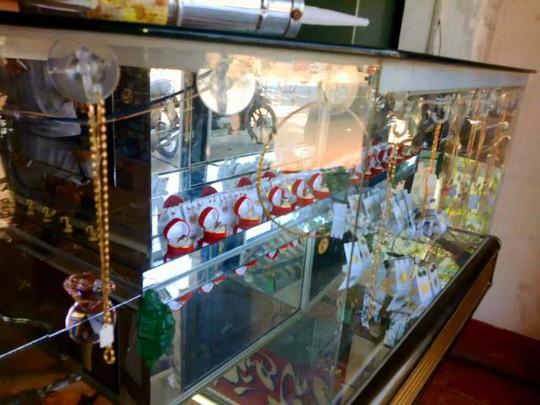 Tủ kính tiệm vàng Ngọc Thạnh sau khi bị cướp