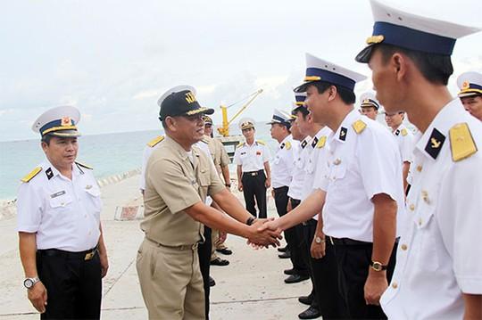 Hải quân Việt Nam chào đón đoàn Philippines đến đảo Song Tử Tây giao lưu. Ảnh:Reuters