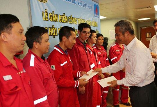 Chủ tịch Tổng LĐLĐ Việt Nam Đặng Ngọc Tùng tặng quà cho công nhân Tập đoàn Dầu khí Quốc gia Việt Nam