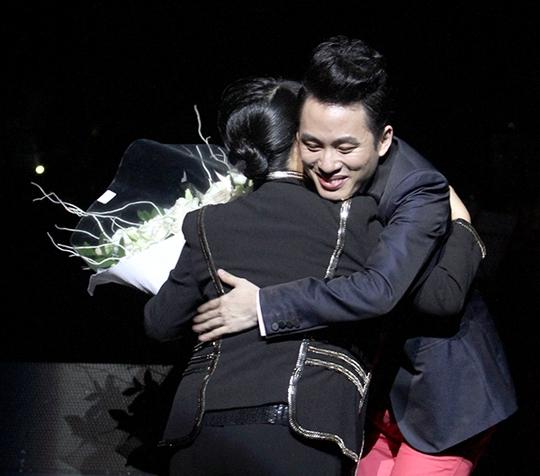 Tùng Dương nhận hoa của ca sĩ Trịnh Vĩnh Trinh - em gái cố nhạc sĩ Trịnh Công Sơn - trong đêm diễn