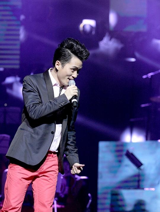 Bên cạnh phần song ca cùng hai ca sĩ đàn anh, đàn chị, Tùng Dương thỏa sức khoe giọng hát bản năng của mình trong các màn biểu diễn solo
