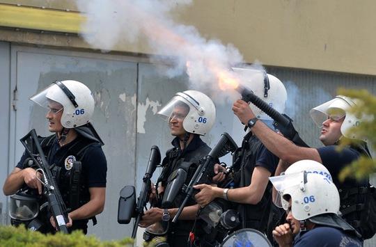 Cảnh sát xịt hơi cay trấn áp người biểu tình. Ảnh: Reuters
