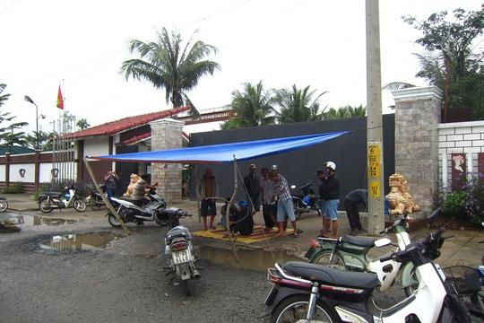 Liên tục hai ngày nay, người dân tập trung dựng lều trước cổng, không cho xe chở thép đi vào công ty