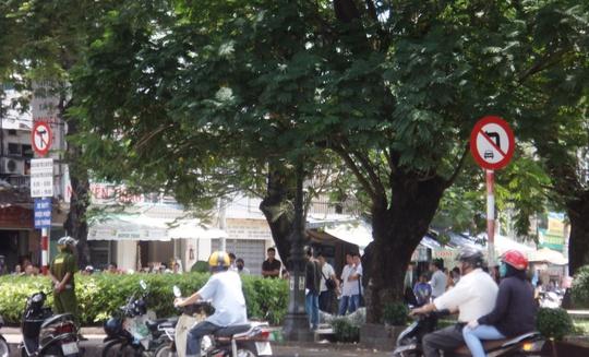 Lực lượng chức năng đang khám nghiệm hiện trường vụ tự thiêu vào trưa 2-7, tại hoa viên ở góc đường Trần Phú – An Bình, phường 7, quận 5 – TP HCM.
