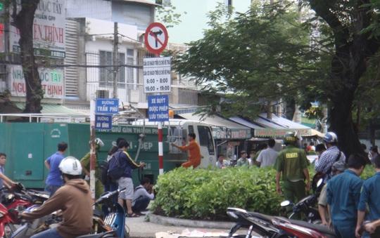 Xe tưới nước của Công ty TNHH MTV Môi trường Đô thị TP HCM đến xịt nước để rửa nơi ông Đôi tự thiêu vào trưa 2-7.