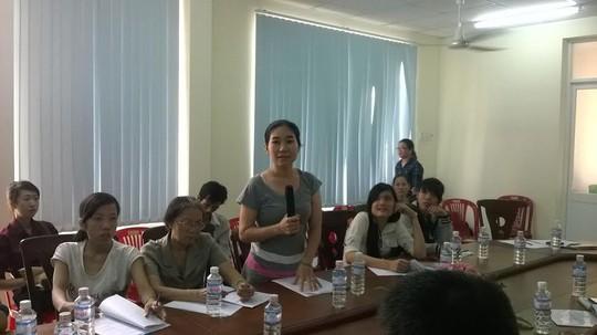 Người lao động trình bày thắc mắc với UBND phường 14, quận Gò Vấp