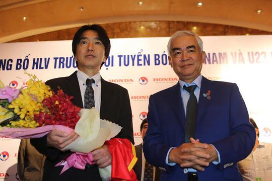 Tân HLV Toshiya Miura và Chủ tịch VFF Lê Hùng Dũng