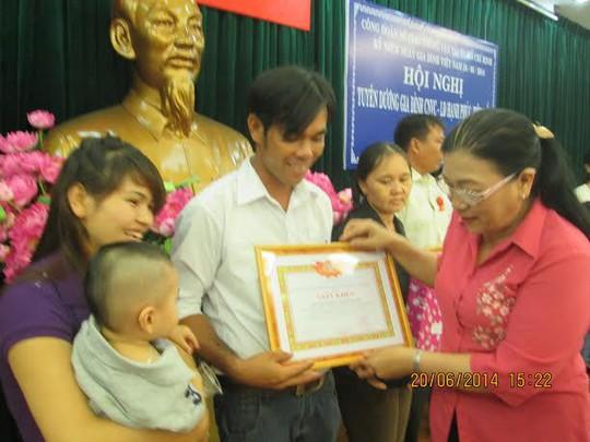 Bà Nguyễn Thị Bích Thủy-Phó chủ tịch LĐLĐ TP HCM trao quà cho gia đình hạnh phúc , tiêu biểu tại Sở GTVT TP HCM ẢNH: THỊ QUỲNH