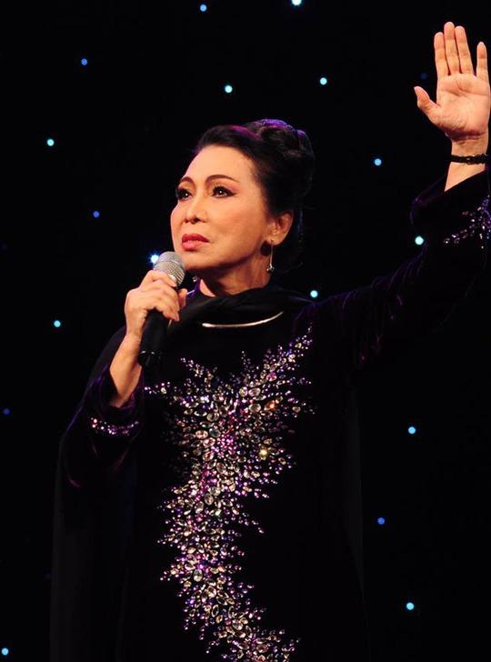 NSND Bạch Tuyết với lớp độc diễn Thái hậu Dương Vân Nga trong chương trình Trường Sa vẫn mãi trong tim tại Nhà hát Bến Thành tối 13-6.