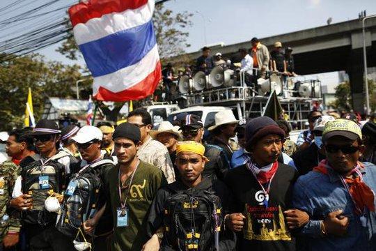 Người biểu tình vẫn bám trụ. Ảnh: Reuters