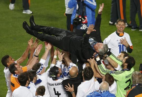 HLV Ancelotti được học trò tung hứng