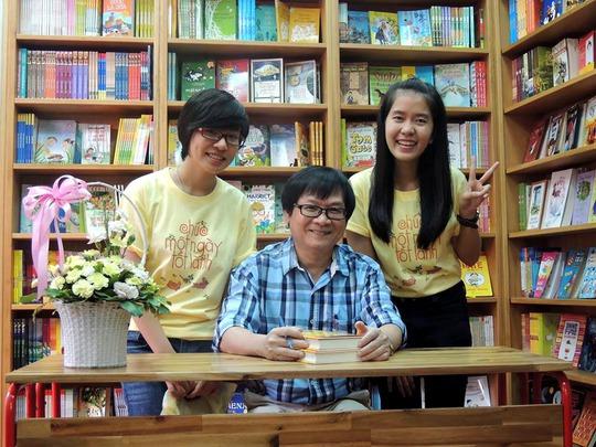 Nhà văn Nguyễn Nhật Ánh trong buổi ký tặng sách tại Tiệm sách Kính Vạn Hoa