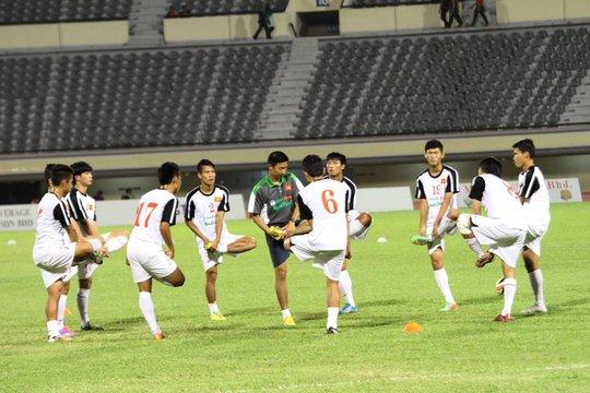 Các cầu thủ U19 Việt Nam khởi động