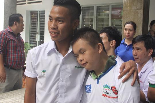 Hậu vệ Lê Văn Sơn trò chuyện với một trẻ khuyết tật