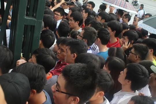 Người hâm mộ chen lấn mua vé xem U19 Việt Nam thi đấu