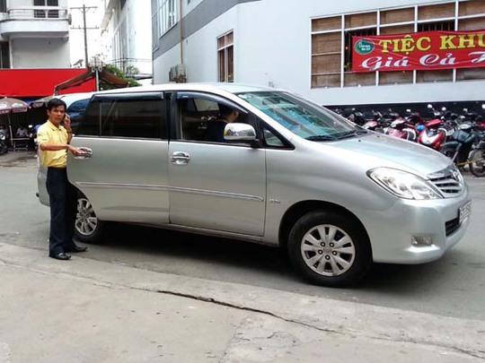 Một hành khách sử dụng xe Uber để di chuyển ở TP HCM.