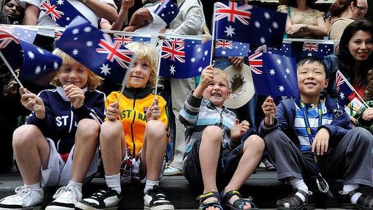 Các em bé Úc hạnh phúc trong ngày Quốc khánh. Ảnh: SMH