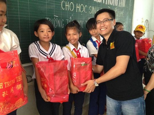 Đại diện của Savills Việt Nam trao quà cho trẻ em nghèo