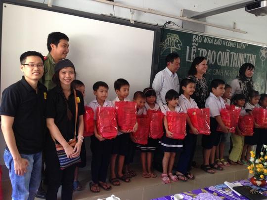 Đại diện Báo Nhà báo và công luận và các đơn vị tài trợ trao quà cho trẻ em nghèo