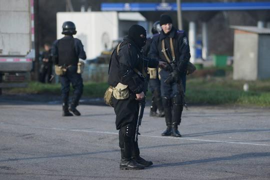 Lính Ukraine canh gác gần TP Izium thuộc vùng Kharkov. Ảnh: Reuters