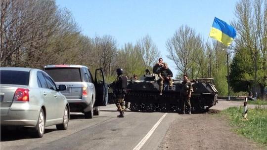 Binh lính Ukraine kiểm soát con đường nối từ Sloviansk tới Artemivsk. Ảnh: BBC