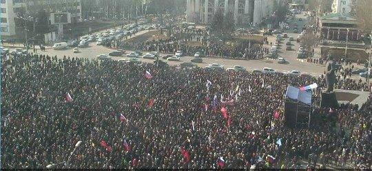 Hơn 10.000 người biểu tình ủng hộ Nga ở Donetsk. Ảnh: Twitter