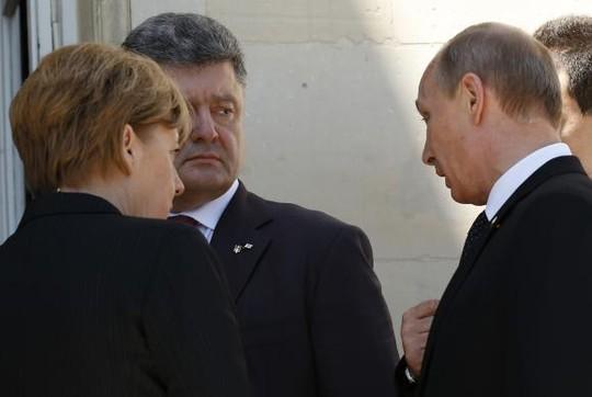 Cuộc tiếp xúc ngắn ngủi giữa ông Putin (bìa phải), ông Poroshenko và bà Merkel. Ảnh: Reuters