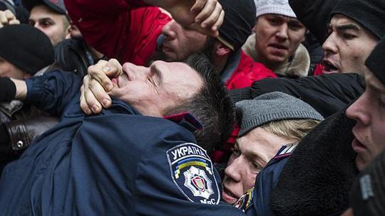 Người Tatar bản địa xung đột với cảnh sát tại Simferopol ngày 26-2. Ảnh: AP
